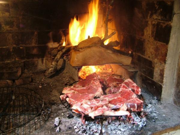 carne che cuoce sulle braci